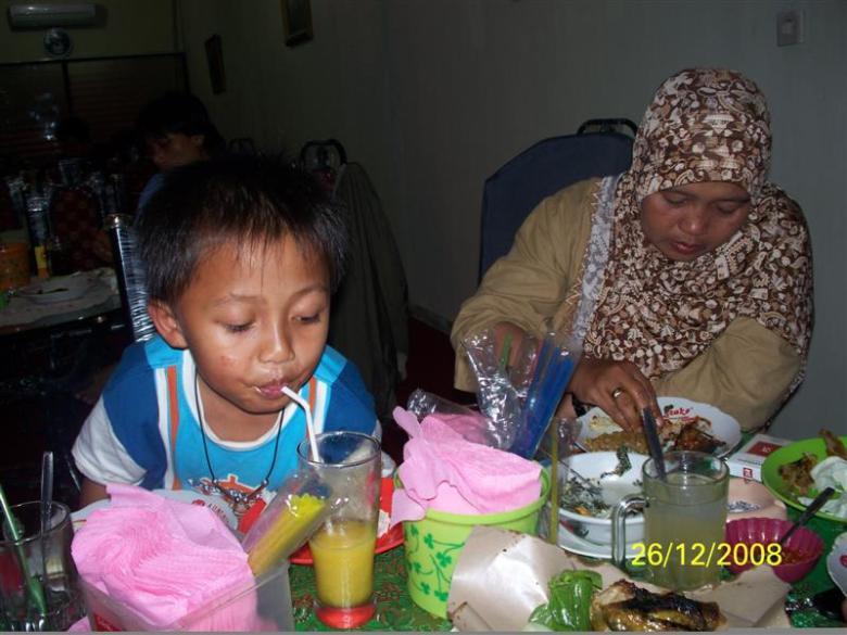 menikmati-makanan-2