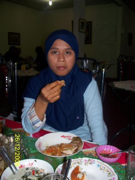 menikmati-makanan